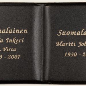 Tummalla patinalla pronssinen muistokirja on oivallinen muistolaatta hautakiveen.