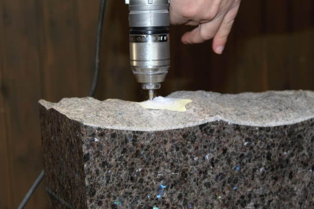 Hautakiven muoto ja kaiverrukset tehdään käsityönä. Hautakiven hinta on riippuvainen kiven koosta.