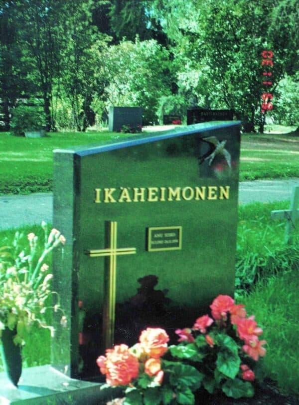 Hautakivi Aalto on musta hautakivi, jonka yläosa on vinon mallinen. Kiven vasemmassa alaosassa on risti ja oikealla ylhäällä lintu. Ylhäällä keskellä on teksti.