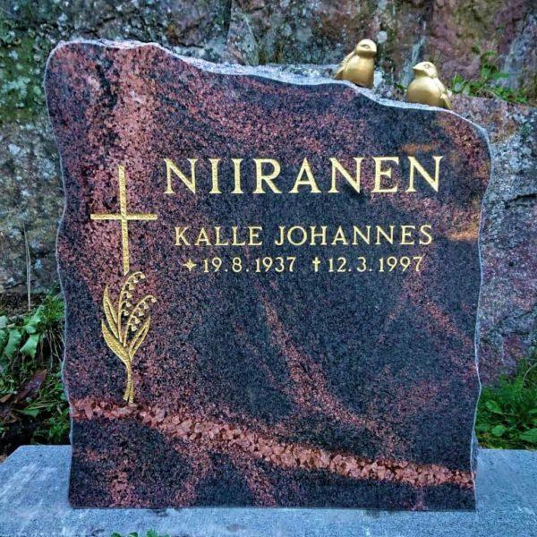 Hautakivi Niiranen on yläreunasta muotoiltu laineen mallisesti ja väritykseltään musta, mutta siinä menee punertavia halkeama kuviointia. Hautakiven vasemmassa reunassa on risti, jonka alla on heiniä.