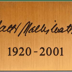 Nimilaatta hautakiveen hinta sisältää asennuksen hautakiveen tai muistolehtoon.