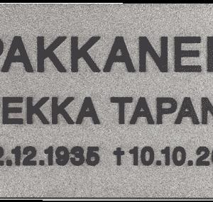 Nimilaatta hautakiveen hinta muodostuu materiaalista, tekstityypistä ja muista yksityiskohdista, joita nimilaattaan tulee.