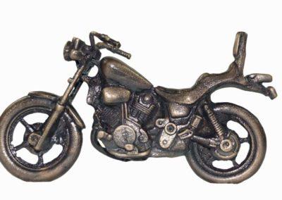 7) Pronssinen moottoripyörä
