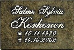 Muistolaatta hautakiveen, kaiverrustyyli kaunokirjoitus.