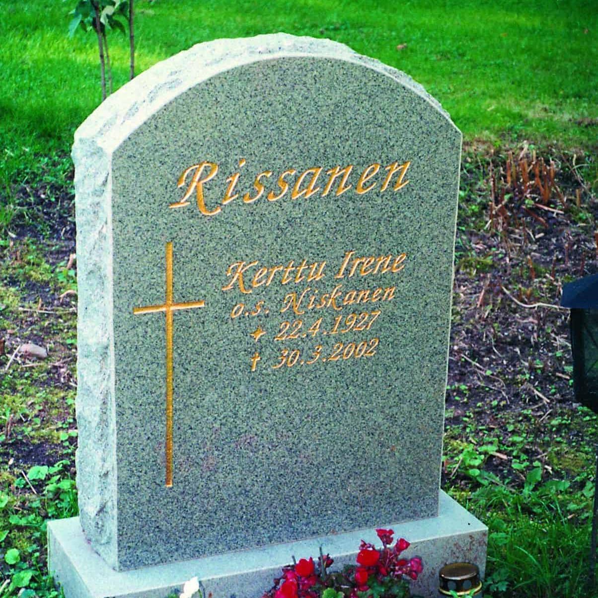 Hautakivi Rissanen on vaaleanharmaa hautakivi, jonka teksti ja koristelu on kullan värisellä. Hautakiven vasemmassa reunassa in koristeena risti.