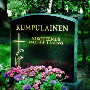 Hautakivi Kumpulainen on musta hautakivi, jonka vasemmassa reunassa on risti ja kaksi heinää pronssisena.