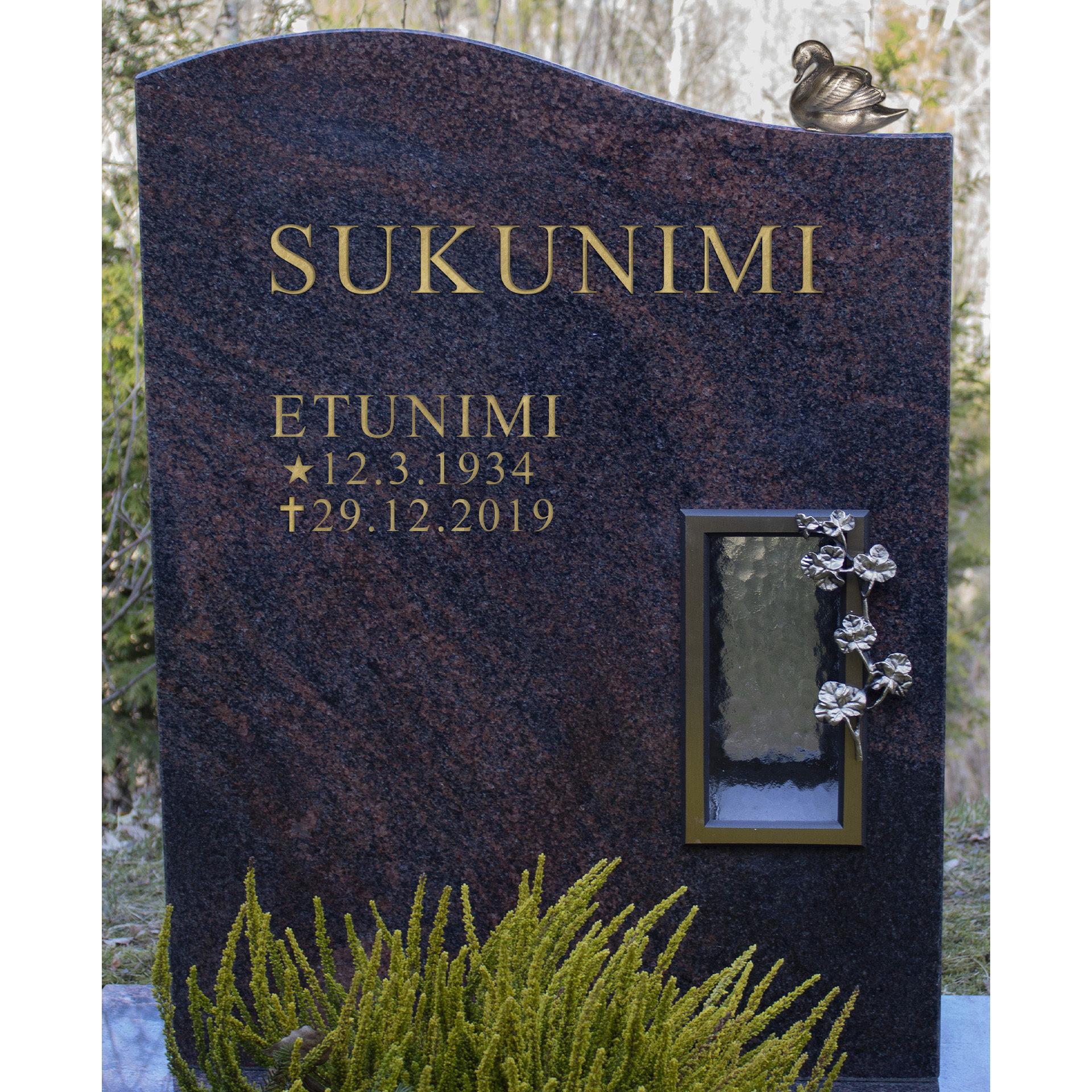 Kuvassa on hautakivi Muratti, joka on väritykseltään musta muutoin, paitsi siinä kulkee ympäriinsä punertavaa halkeama kuviointia. Hautakivessä on oikealla kynttilälle tarkoitettu syvennys.