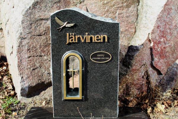 Hautakivi Aalto on musta hauatkivi, jonka yläosa menee hieman aallon mallisesti. Hautakivessä vasemmalla ylhäällä on lintu ja ylhäällä teksti. Tekstin alla on kynttilälle teline hautakiven sisällä.