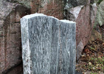 Kuvassa on silver cloud värityksellä oleva hautaakivi, joka on korkeudelta 70cm ja leveydeltä 60cm.