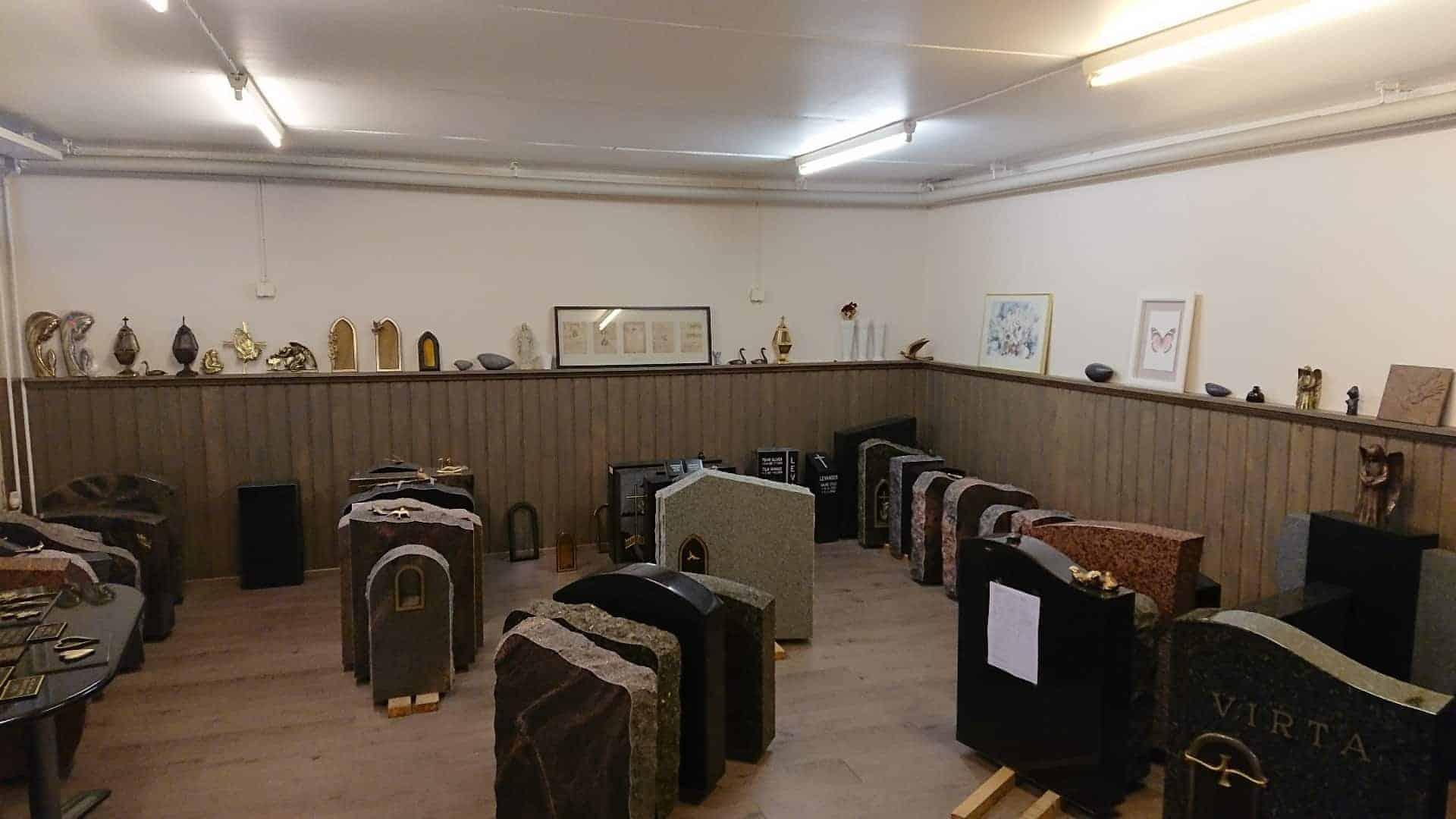 Hautakivet edullisesti suoraan kiviveistämön myyntivarastolta, Malmin hautausmaa vastapäätä.