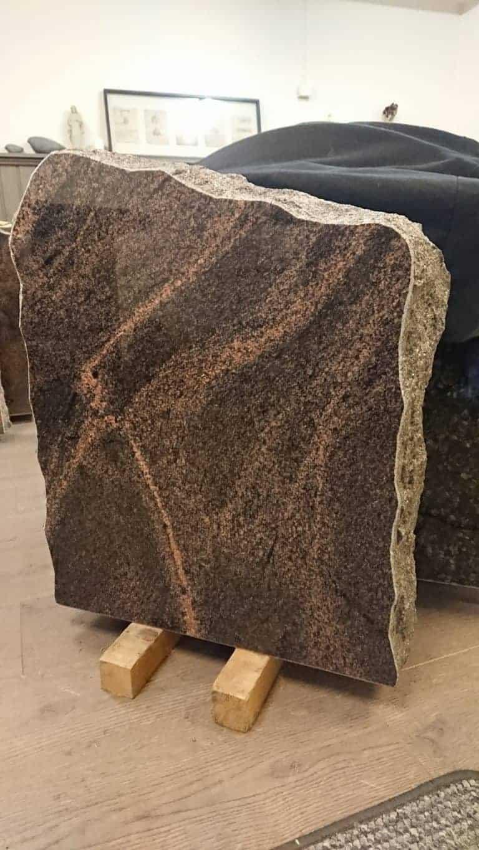 Hautakivi tarjoukset, sisältää myös kaiverruksen.