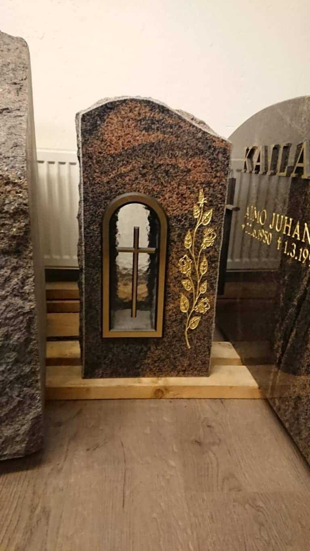 Hautakivi tarjoukset, valmis hautakivi paikalleen asennettuna. Kiviveistämö Levander, Helsinki.