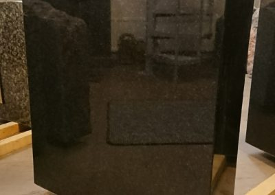 Tarjouskivi 3: K70, L60cm. Varpaisjärven musta. Etupinta ja sivut kiillotettu, takapinta sahattu.