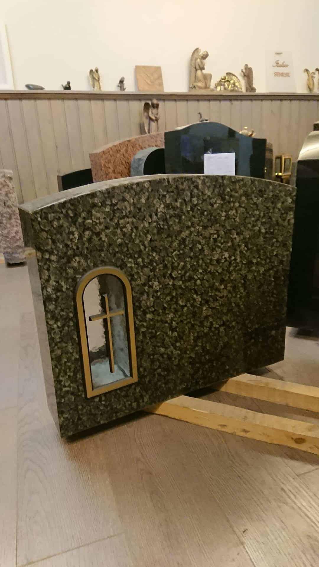 Hautakivi halvemmalla suoraan veistämön myyntivarastolta. Katso hautakivi tarjoukset Kivi Levander.
