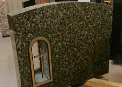 Tarjouskivi 4: K60, L70cm. Ylämaan vihreä. Etupinta ja sivut kiillotettu, takapinta sahattu. Pronssinen holvikehys ristillä.
