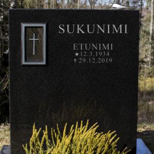 Tässä kuvassa on hautakivi Valo. Hautakivi on musta ja teksti tulee siihen harmaala. Hautakiven vasemmassa reunassa on kynttilälle tarkoitettu syvennys, jonka lasissa on risti.