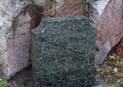 Tässä kuvassa on ylämaan vihreä hautakivi, jonka etupinta on kiillotettua. Hautakiven korkeus on 70cm ja leveys 60cm.